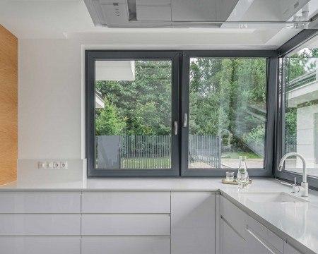 Antracytowe okna vetrex w kuchni