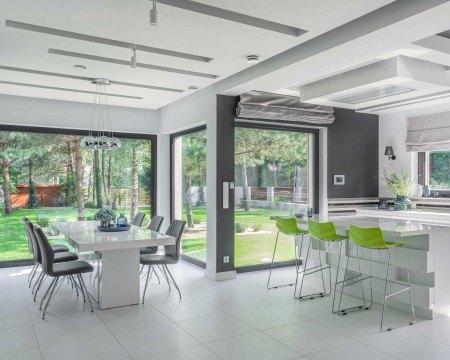 Duże okna w salonie i kuchni
