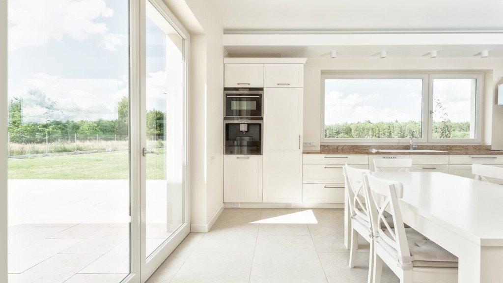 Białe okna tarasowe w kuchni