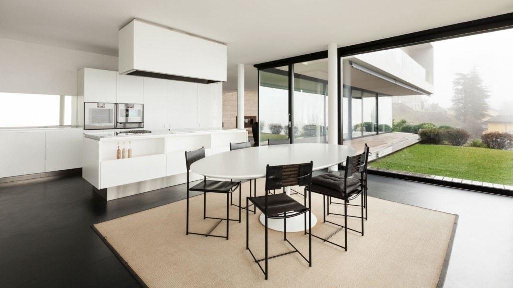 Duże okna w kuchni i jadalni