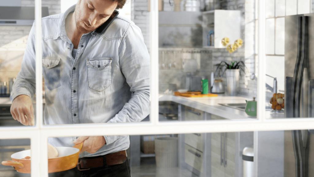 Białe okna ze szprosami w kuchni