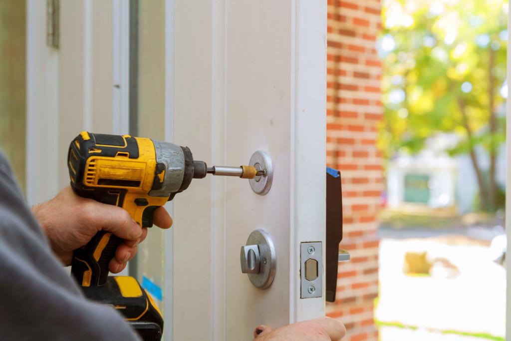 Profesjonalny monter regulujący drzwi zapomocą narzędzi
