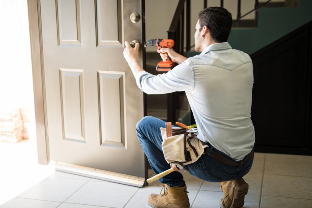 Fachowiec montujący drzwi wejściowe