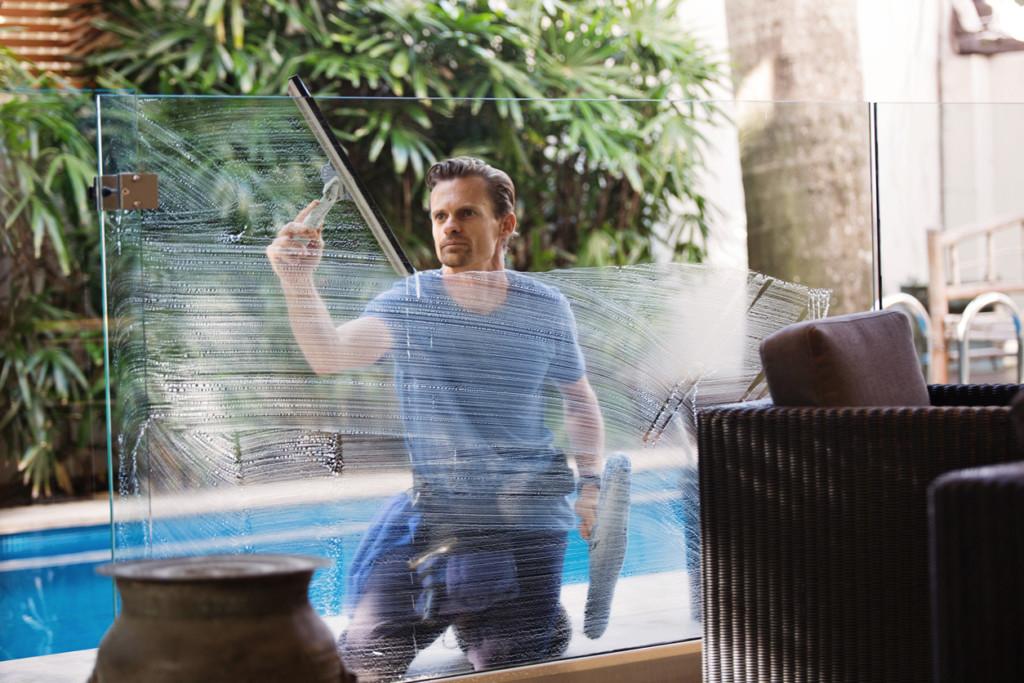 Mężczyzna myjący okno tarasowe nawiosnę