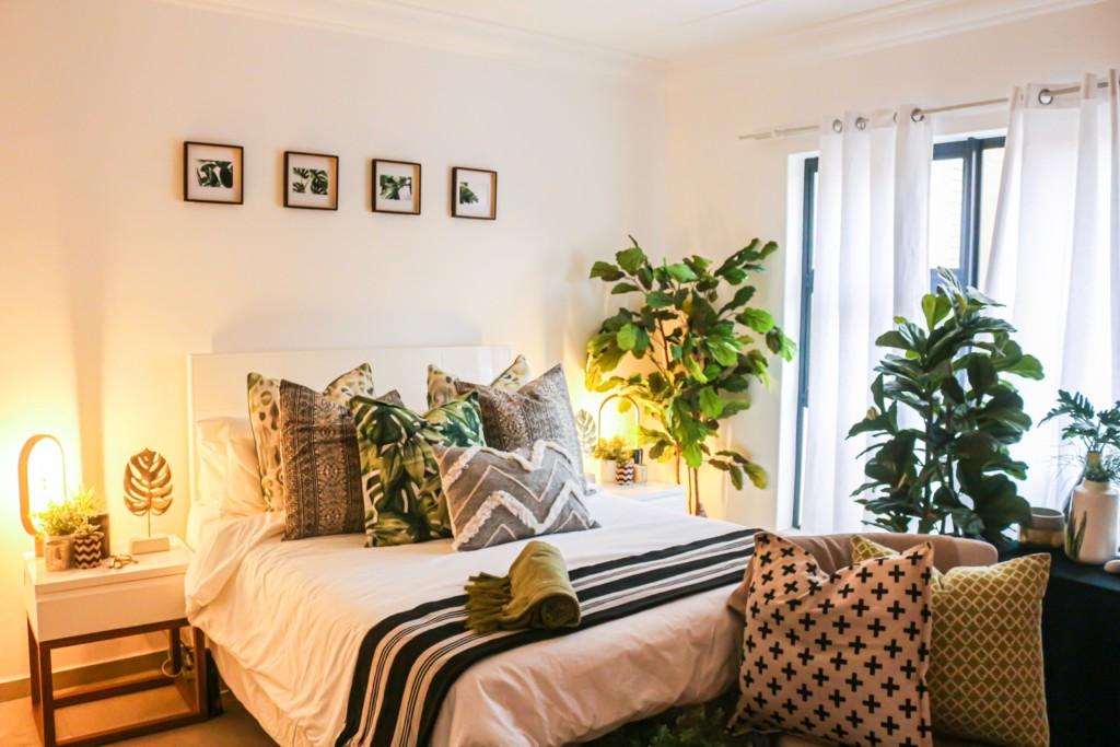 Sypialnia zroślinami doniczkowymi.