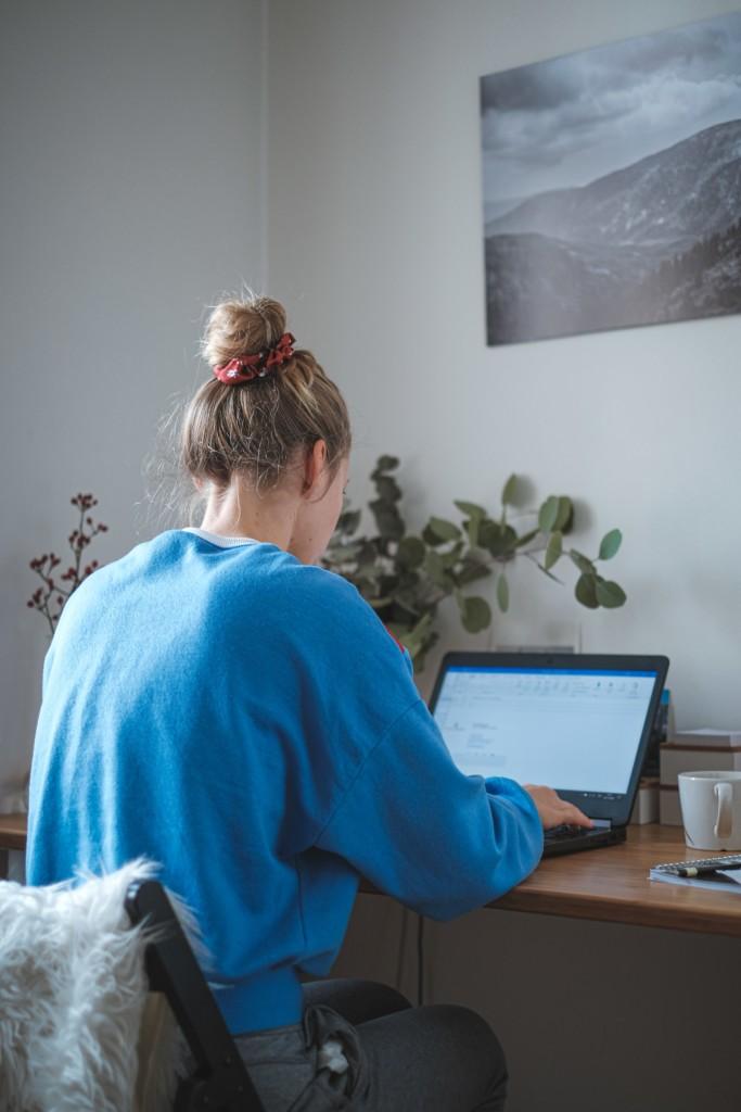 Kobieta pracuje przy biurku przedkomputerem