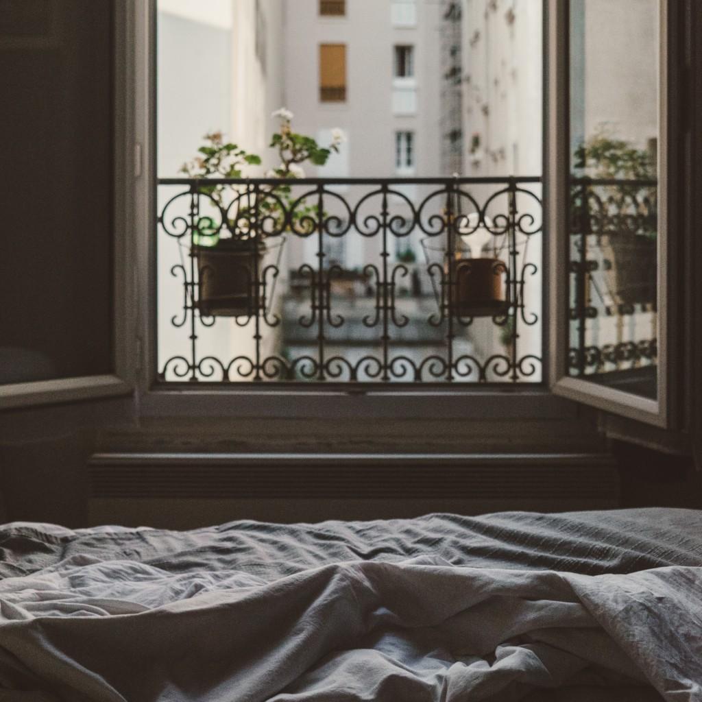 Szeroko otwarte okno wmieszkaniu