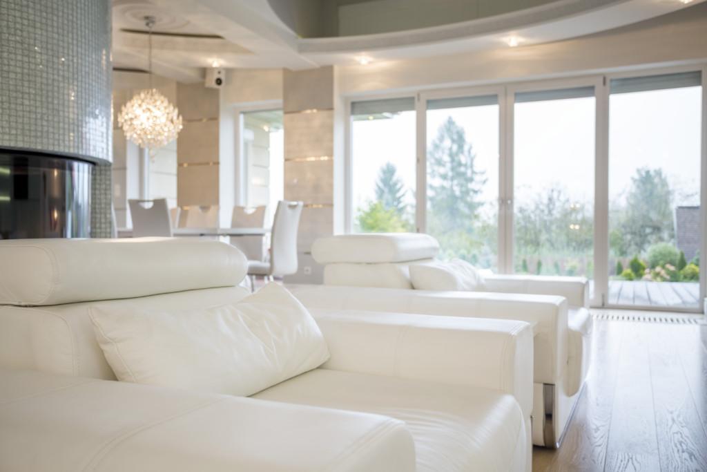 Energooszczędne okna przesuwne wjasnym salonie