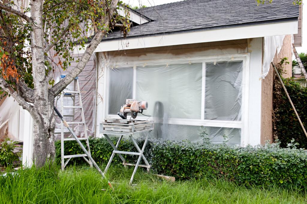 Dom podczas remontu zzabezpieczonymi folią oknami
