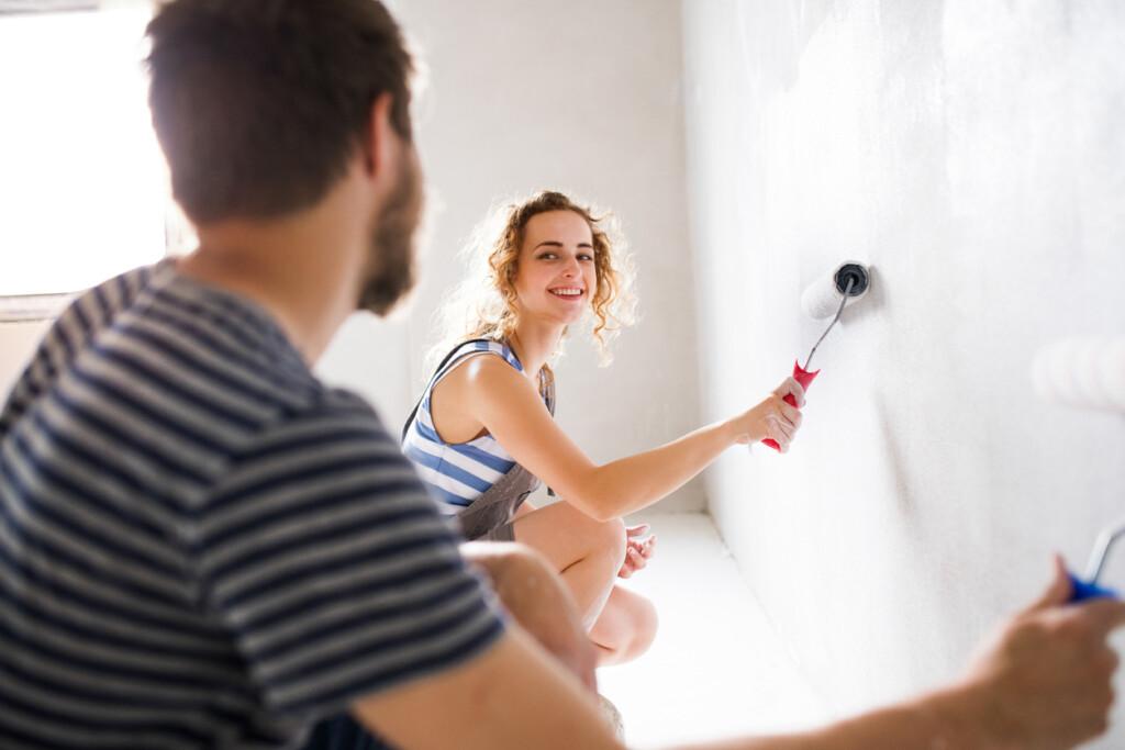 Para maluje ściany