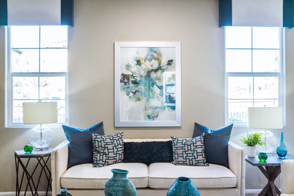 Salon wykończony wniebieskim kolorze.