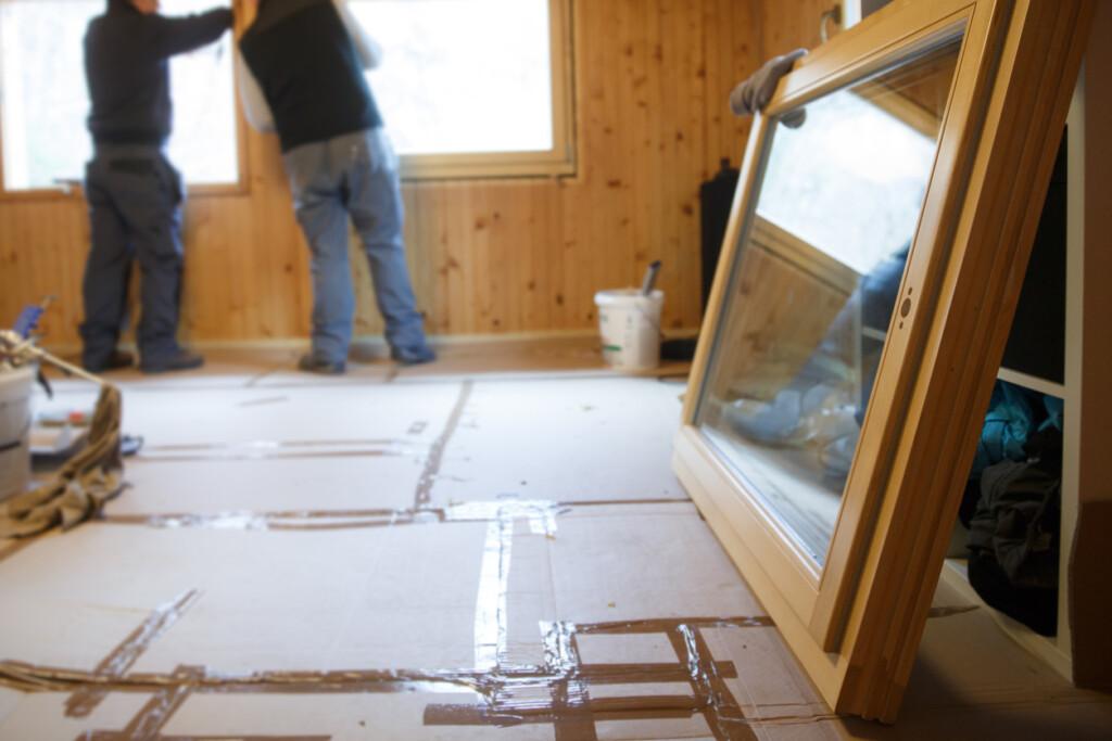 Mężczyźni montują okna